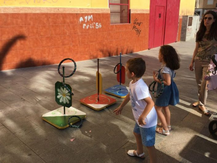 Niños jugando a juegos tradicionales